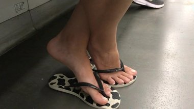 sexy brunette feet toes in flip flops in subway candid