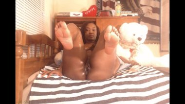 Ebony Milf Queen Shows off her Perfect Soles on Webcam