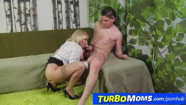 Russian mature Olga wears stockings and gets fucked