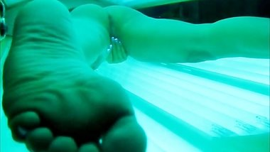 HOT MILF SECRETLY FILMED MASTURBATING IN TANNING BED - ORGASMS