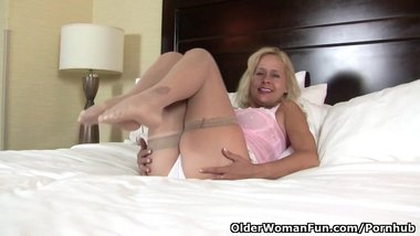 American milf Payton Leigh gets aroused in nylon stockings