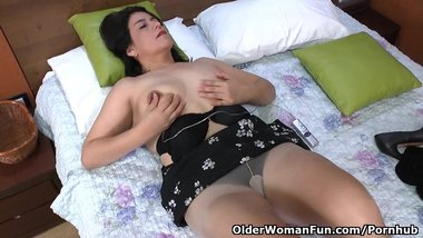 Latina milf Anabella starts pleasuring her hairy pussy